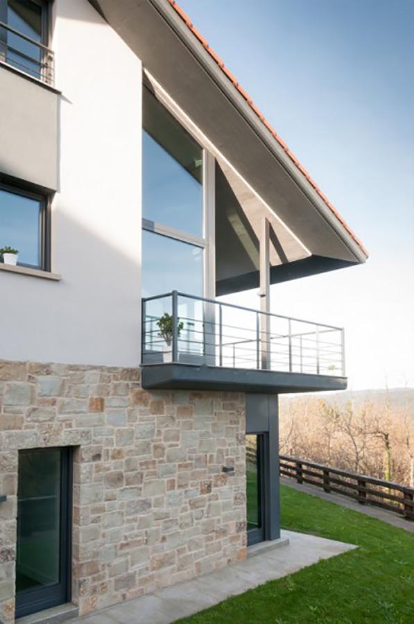 esquina de la casa con balcon