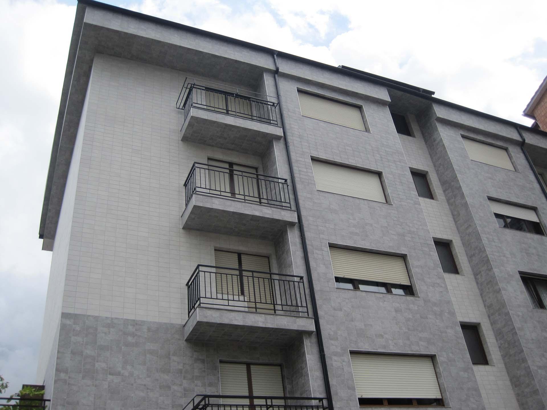 terrazas de un bloque de pisos