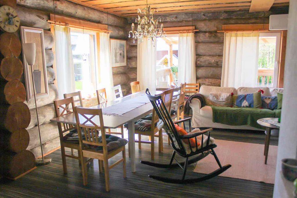 Comedor-salón decorado al estilo Cottage.