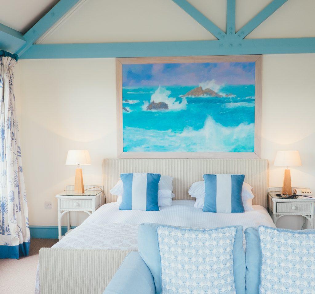 dormitorio que combina los colores beige y azul