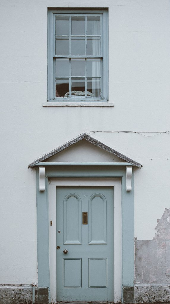 una puerta azul sobre fondo blanco