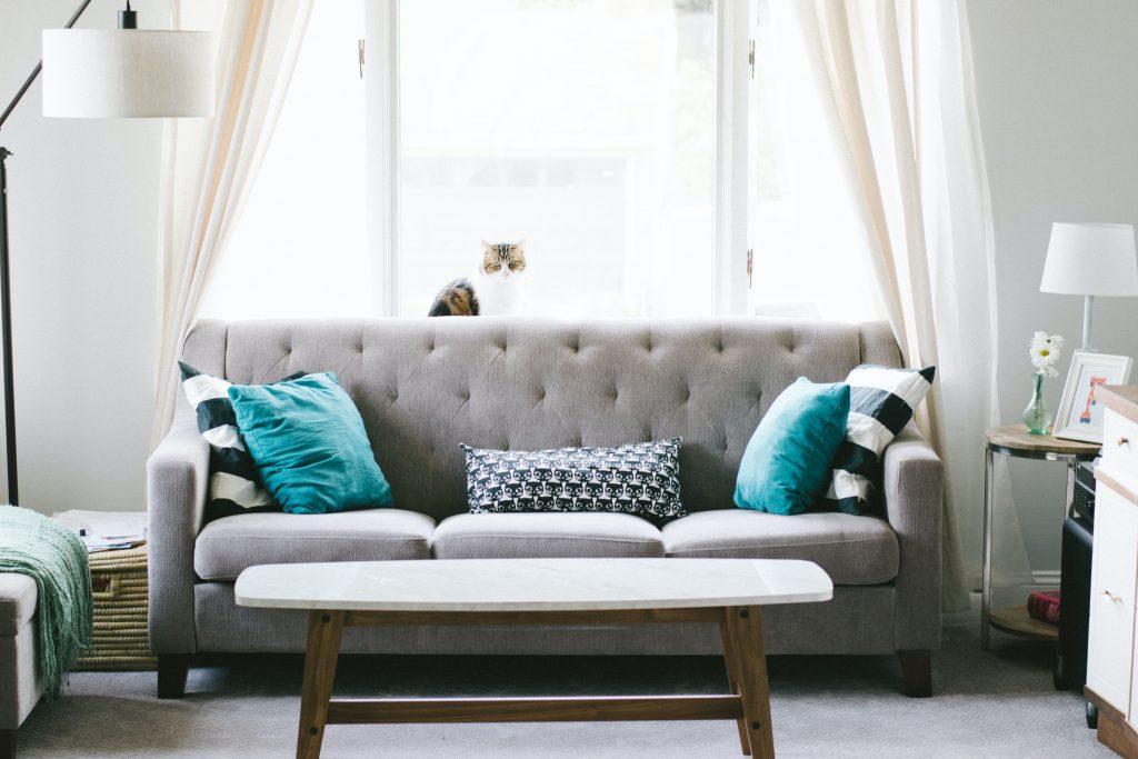 sofá beige con cojines coloridos